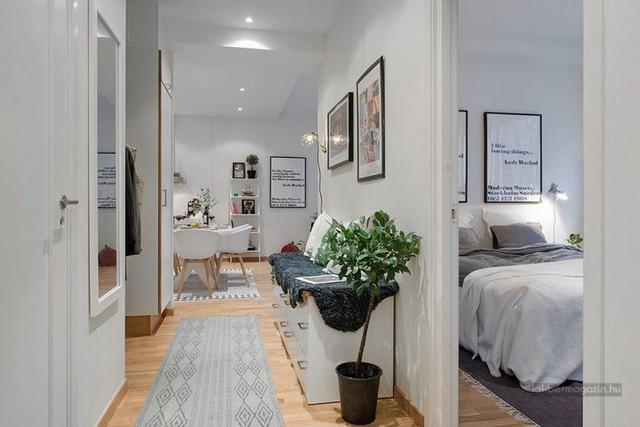 Phòng ngủ được bố trí khá riêng tư và kín đáo cạnh lối vào, đối diện là khu vực nhà tắm, còn không gian sinh hoạt chung được bố trí bên trong.