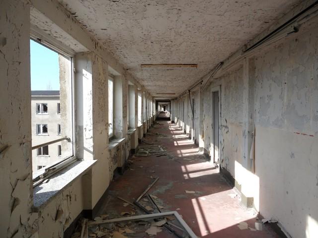 Sau nhiều thập kỷ bị bỏ hoang, công trình bắt đầu mục nát và xuống cấp nghiêm trọng.