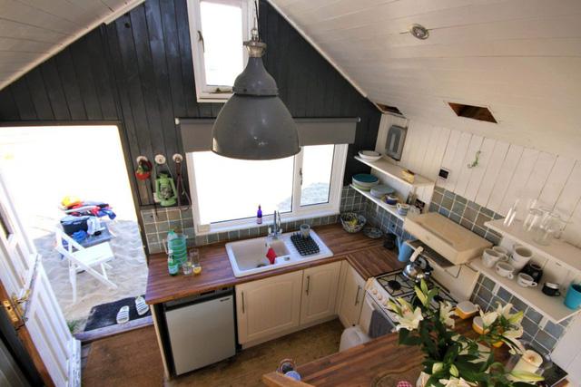 Nguồn năng lượng duy nhất cấp cho ngôi nhà này đó chính là từ các tấm pin năng lượng mặt trời gắn trên mái nhà.