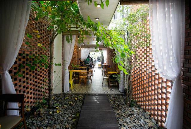 Dù là nhà ống lại rất sâu nhưng ngôi nhà lúc nào cũng tràn ngập cây xanh và ánh sáng nhờ được thiết kế phân thành 3 khu riêng biệt với giếng trời và những khu vườn nhỏ.