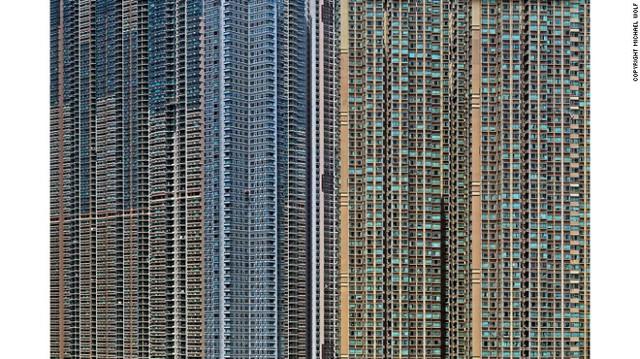 Khi chụp gần, những tòa nhà ở Hồng Kông trông chẳng khác gì bảng vi mạch điện tử.