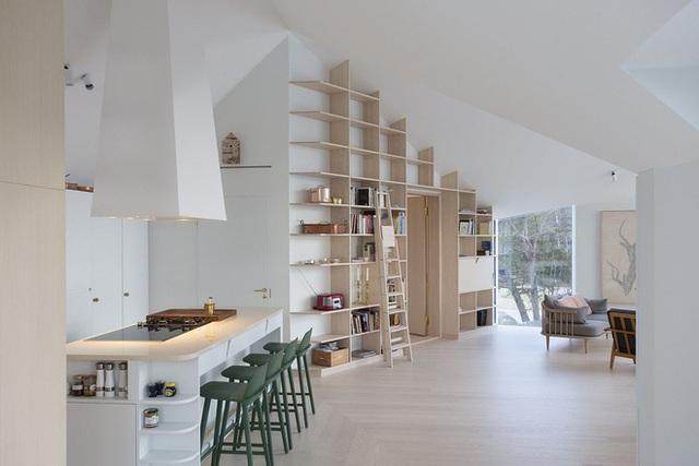 Trên diện tích 210m2, ngôi nhà được thiết kế rộng thoáng và vô cùng tiện nghi. Không gian phòng khách, bếp và khu vực ăn uống rộng thoáng.