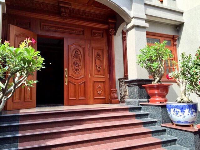 Căn biệt thự được thiết kế theo phong cách cổ điển.