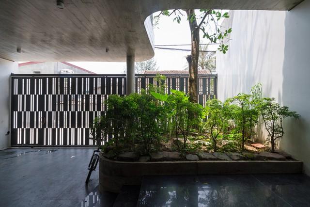 Không gian tầng 1 dành cho khu vực để xe, phòng khác, bếp và khu vực ăn uống rộng thoáng. Bên cạnh đó còn có những khoảng vườn nhỏ nơi giếng trời tràn ngập cây xanh.