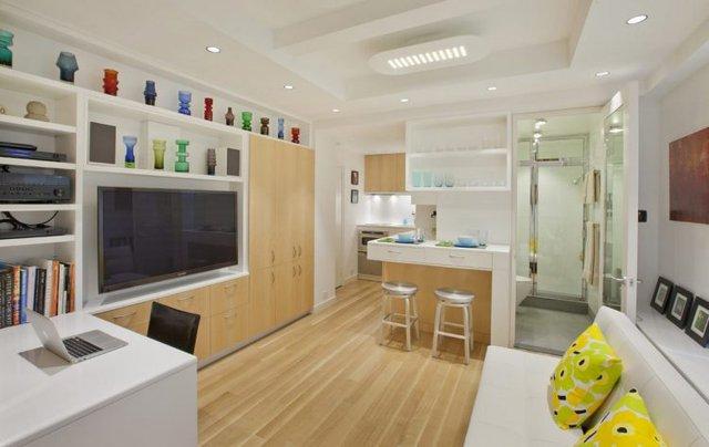 Không gian phòng khách thoáng sáng và được bài trí gọn gàng đẹp mắt nhờ hệ thống tủ gỗ vô cùng tiện lợi.