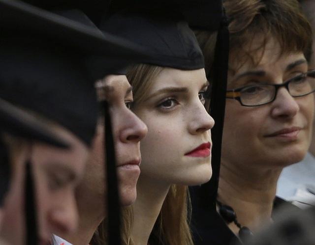 Nữ diên viên Emma Watson trong lễ tốt nghiệp tai trường đại học Brown University vào tháng 05/2014.