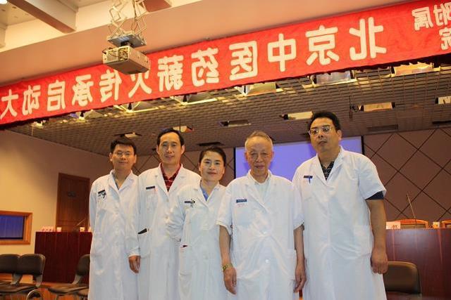 Giáo sư Khôn (thứ 4 từ trái sang) vẫn làm việc dù đã 80 tuổi.