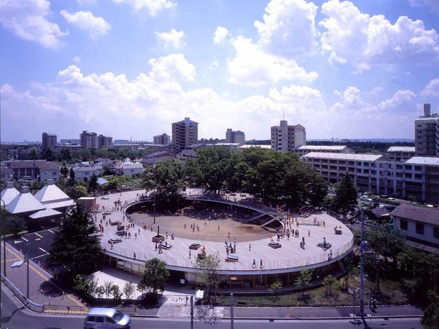 Được hoàn thành năm 2017, Trường mầm non Fuji ở Tachikawa của Nhật Bản được thiết kế hình cầu tuyệt đẹp. Thiết kế ấn tượng này có thể khuyến khích trẻ em vui chơi, chạy nhảy quanh sân thượng, leo lên cây trong khuôn viên và có thể tự do di chuyển giữa các phòng học.