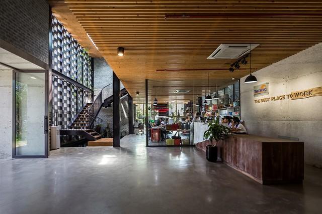 Không gian bên trong thoáng sáng với lối thiết kế mở giúp cán bộ công nhân viên có thể dễ dàng tự do di chuyển và giao lưu.
