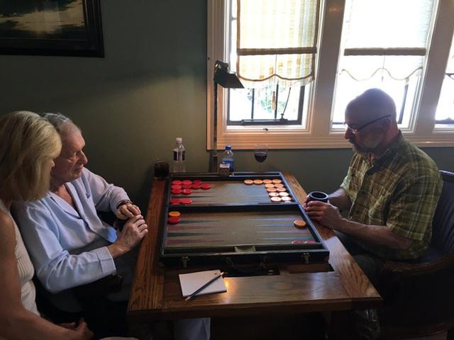 Hình ảnh hiếm hoi của David (bên phải). Cả gia đình Hefner đang chơi cờ backgammon (cờ thỏ cáo), Maston là người chụp ảnh, bên trái là chị cả Christie và người cha Hefner của họ.