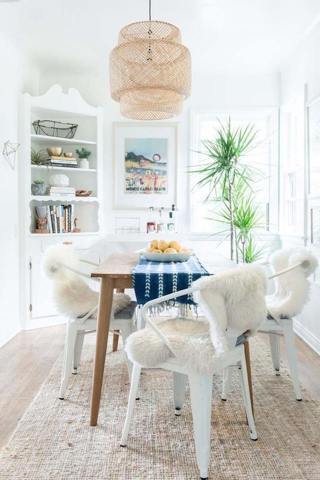 Những chiếc đèn được làm từ chất liệu mây tre đan mang đến vẻ đẹp mộc mạc, giản dị cho không gian sống của mỗi gia đình.