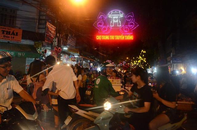 Từ chiều tối, đường phố tại khu vực Phố cổ (Hà Nội) đã đông nghịt người qua lại. Ảnh: Ngọc Thắng