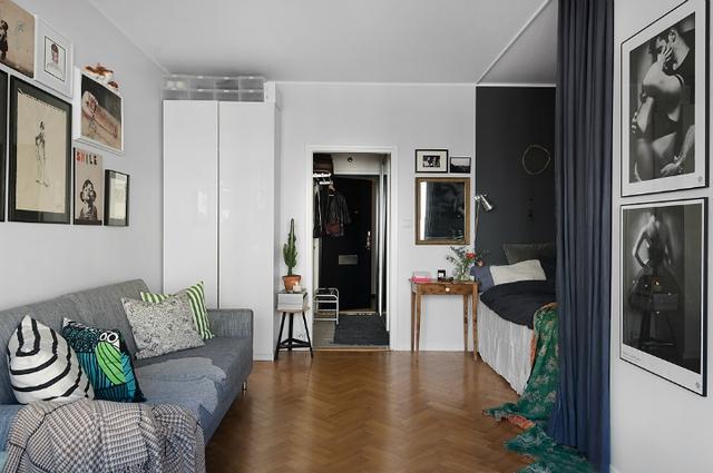 Trang trí bằng gam màu lạnh xám có nhiều sắc độ đậm nhạt khác nhau nhưng căn hộ cao tầng vẫn luôn trong trạng thái tươi sáng và ấm cúng nhờ sự kết hợp hài hòa có sàn gỗ môi trường xung quanh.