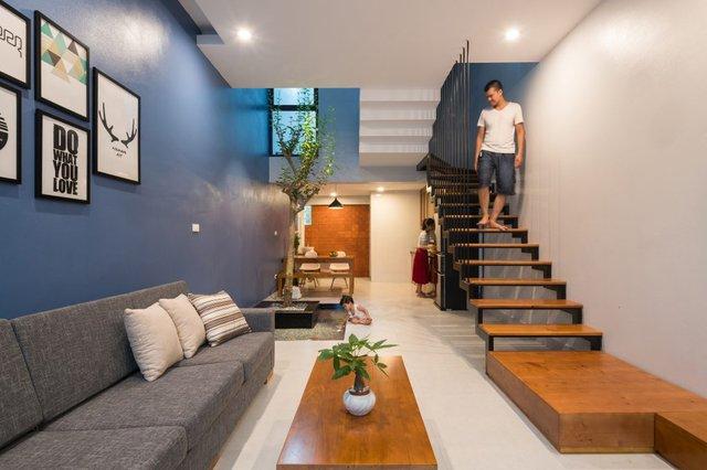 Chủ của ngôi nhà này là một cặp vợ chồng trẻ cùng con gái nhỏ. Mong muốn của họ là sở hữu một không gian sống thoáng mát, nhiều cây xanh nhưng lại phải hiện đại với khoản chi phí hạn chế.