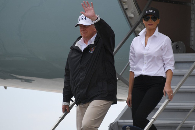Nổi tiếng với việc dát loạt hàng hiệu lên người nhưng phu nhân Tổng thống Trump cũng có lúc diện đồ bình dân - Ảnh 5.