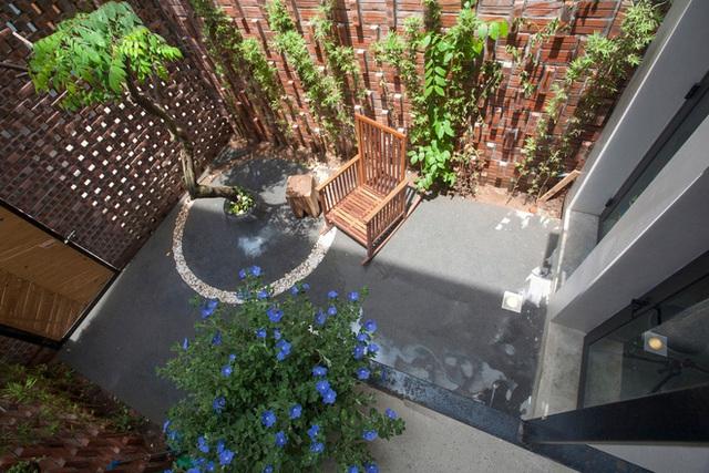 Bức tường rào trước nhà xây tường gạch đan xem tạo khe hở thoáng mát mang nắng gió cho ngôi nhà. Hàng rào đơn giản được xây bao quanh bằng gạch thô giúp không gian vào nhà trở nên vô cùng thân thiện và mát mẻ.