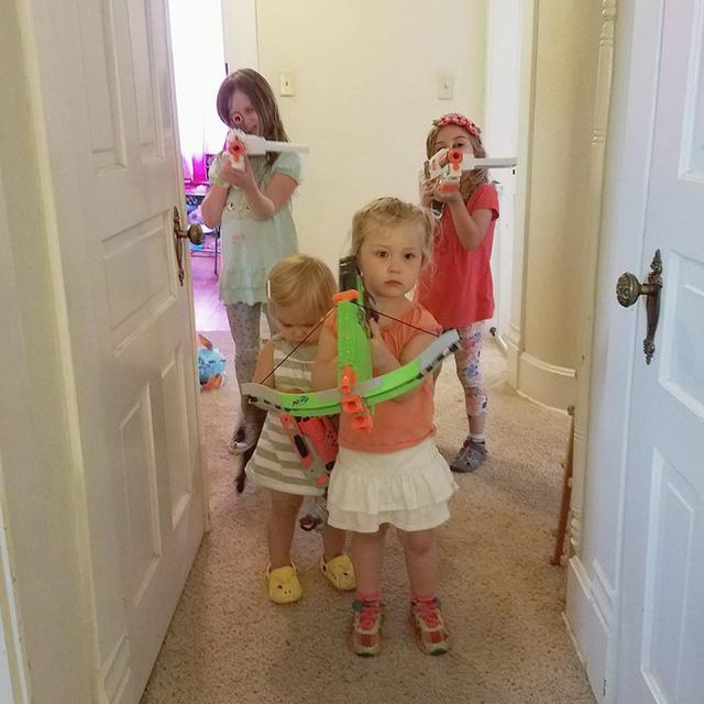 Cuộc sống với 4 cô con gái luôn khiến vợ chồng anh quay chong chóng.