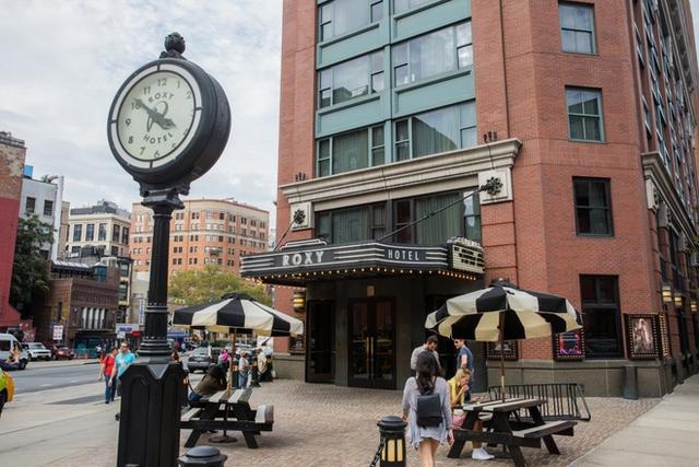 Khách sạn Roxy, với lối kiến trúc vừa cổ điển xen lẫn hiện đại, có hẳn một rạp phim và câu lạc bộ nhạc Jazz ở bên trong.
