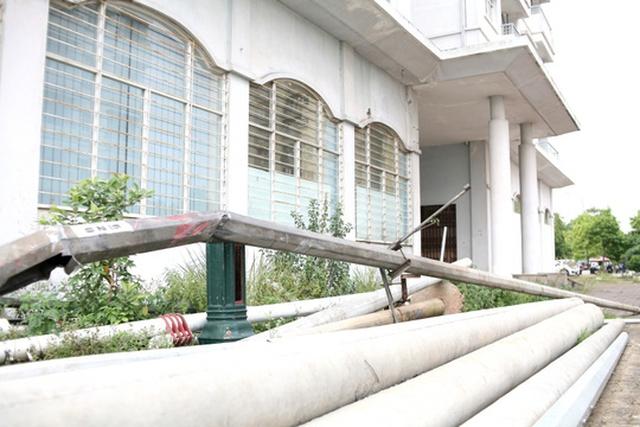 Một số vật liệu xây dựng của các công trình bên cạnh cũng được tập kết tại khu nhà tái định cư này, do không có người sinh sống.