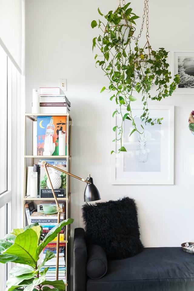 Chiếc ghế sofa đen dài khi cần sẽ là chỗ nằm đọc sách lý tưởng cho chủ nhà.