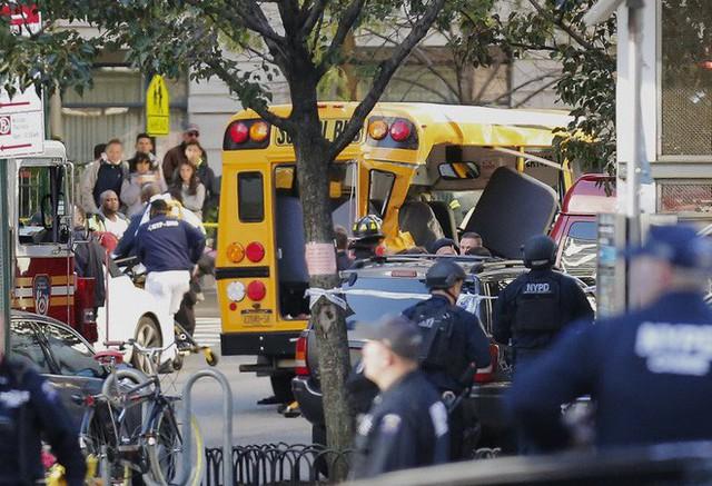 Quá trình giải cứu những người kẹt trong chiếc xe buýt (Ảnh: AP)