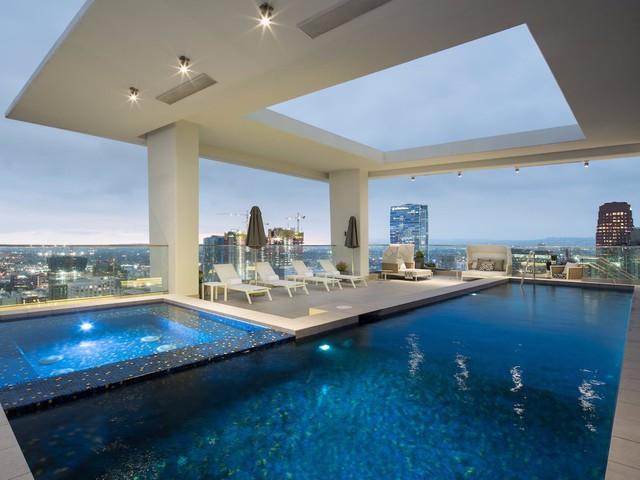 Điểm thu hút nhất trên tầng thượng phải kể đến một hồ bơi nước nóng dài 15 m và một bồn tắm nước nóng cho 12 người ngay bên cạnh. Có 4 phòng tắm riêng nằm gần đó, trong đó có một phòng xông hơi.