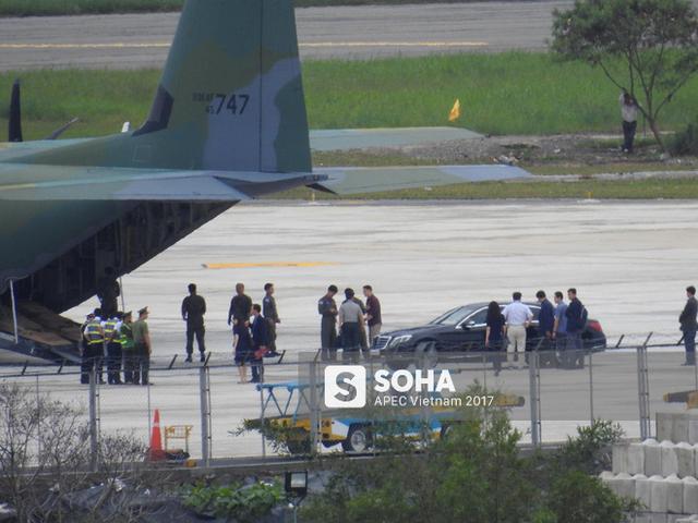 Chiếc xe Mercedes S-Class của đoàn Hàn Quốc được dỡ xuống từ vận tải cơ trước đó