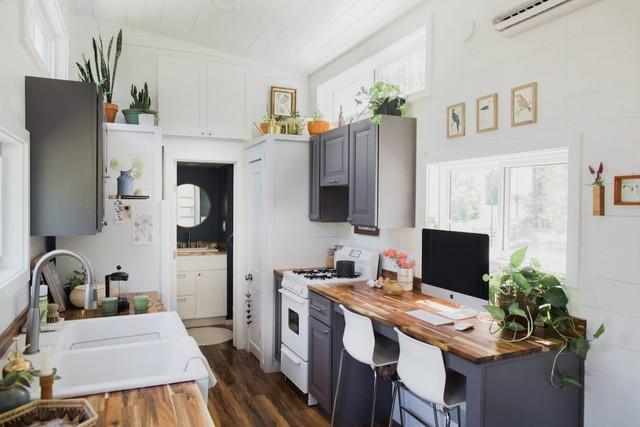 Trái ngược với bên ngoài nhỏ nhắn, không gian bên trong ngôi nhà vô cùng rộng thoáng với đầy đủ không gian chức năng: phòng khách, bếp, phòng ngủ và không gian nhà tắm.