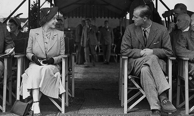Cặp đôi nhìn nhau âu yếm trong buổi đua ngựa hoàng gia tại Windsor vào năm 1949.