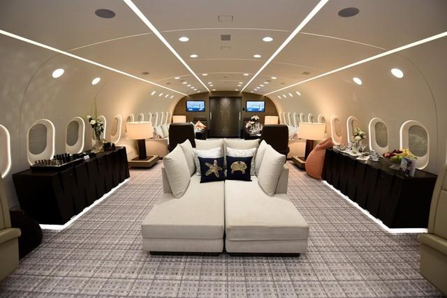 Tiếp đây, họ sẽ đi tới phòng khách chính rộng thoáng và vô cộng tiên tiến của máy bay.