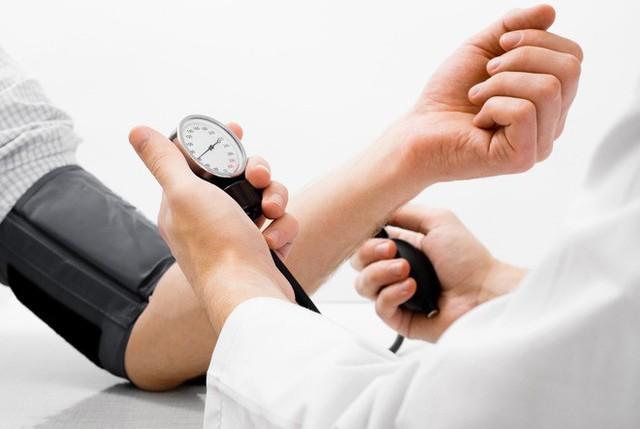 Hãy giảm hàm lượng muối hấp thụ - muối làm cơ thể tích nước - một trong những nguyên nhân làm tăng huyết áp.
