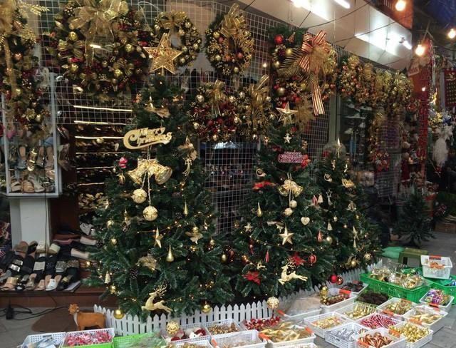 Theo một chủ cửa hàng ở Hàng Mã, giá một cây thông Noel xanh làm từ nhựa, cao trên 1m có giá từ 1-1,5 triệu đồng/cây. Thông trên 2m có giá 2 triệu đồng, nếu trang trí phụ kiện rồi thì có giá khoảng 2,3- 2,5 triệu đồng.