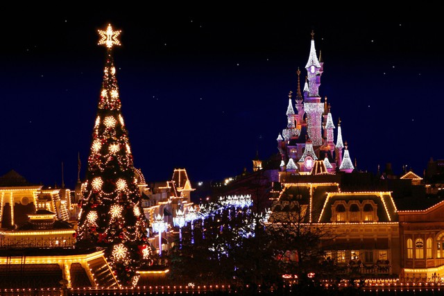 Cây thông Giáng sinh khổng lồ tại Disney Land, Pháp.