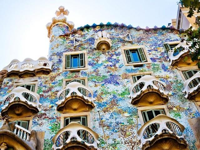 Barcelona, Tây Ban Nha, có thể nơi đây không có màu sắc quá sặc sỡ nhưng cảm giác chung về thành phố là vô cùng tươi sáng.