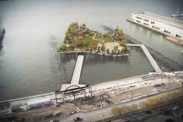 Diller cùng vợ - nhà thiết kế thời trang Diane von Furstenberg cho biết sẽ dành 250 triệu USD cho dự án này. Chính quyền New York sẽ chi 18 triệu USD xây cầu nối từ bến cảng ra công viên.