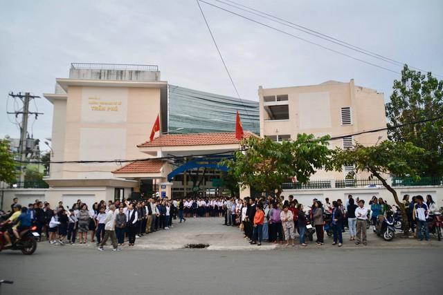 Hàng nghìn người đã đứng ở cổng trường chờ xe di quan đi qua.