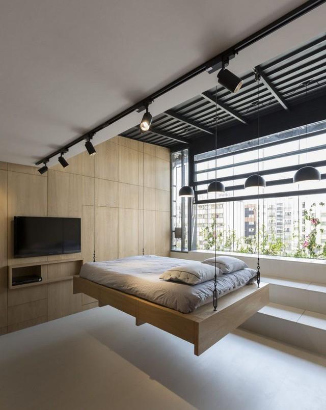 Khác với những chiếc giường thông thường, chiếc giường này được thiết kế vô cùng đặc biệt với hệ thống ròng rọc gắn với bánh xoay có thể hạ xuống nền hay cất gọn trên mái nhà khi không cần thiết.