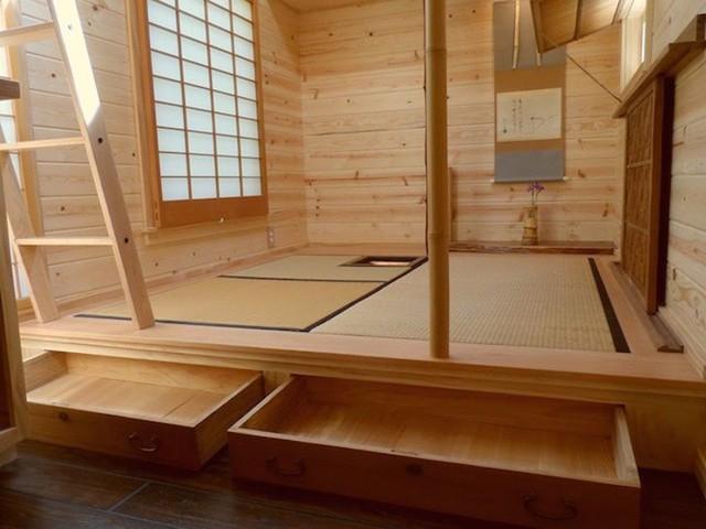 Để một căn phòng sử dụng được nhiều chức năng, người Nhật hạn chế tối đa việc kê giường. Một không gian có thể sử dụng làm nơi nghỉ ngơi, nơi làm việc, phòng khách hay thậm chí là nơi vui chơi cho các bạn nhỏ.