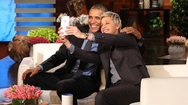 Trong số những người bạn nổi tiếng lâu năm của vợ chồng Tổng thống Obama, phải kể đến nữ MC Ellen DeGeneres. Hồi tháng 11 năm ngoái, Obama trao cho DeGeneres huân chương Tự do Tổng thống và bày tỏ niềm ngưỡng mộ với MC 58 tuổi. Ông nhấn mạnh DeGeneres cho thấy một cá nhân có thể biến thế giới thành một nơi vui tươi, cởi mở và yêu thương hơn. Ảnh: Warner Bros.