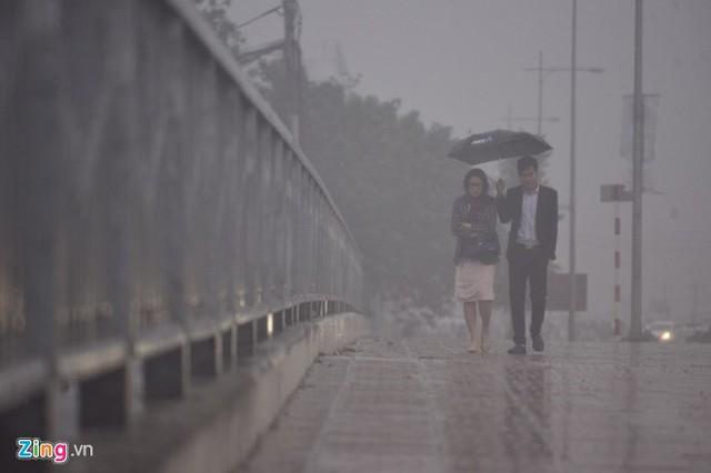 Đường phố Hà Nội ùn tắc trong mưa mù, trời tối sầm - ảnh 7