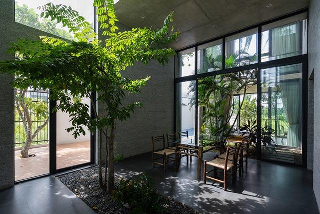 Mảnh vườn nhỏ là không gian ngăn cách giữa phòng khách và khu vực ăn uống. Nơi nghỉ ngơi được đặt cuối nhà với xung quanh là kính cường lực và rèm che bảo đảm sự riêng tư và điều chỉnh ánh sáng cho phòng.