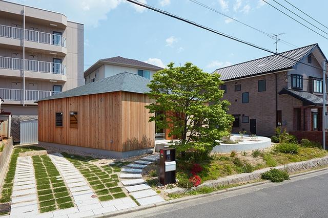 Bên hông ngôi nhà được lát đá, trồng cỏ làm nơi để xe. Lối vào nhà lát đá uốn lượn vô cùng đẹp mắt.