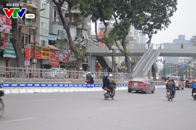 Bắt đầu lắp dải phân cách ưu tiên buýt nhanh ở Hà Nội - Ảnh 6.