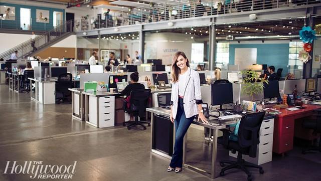 Nữ diễn viên Thiên thần bóng tối đã phải dành tới 86 giờ mỗi tuần để làm việc. Cô cũng từng thức nhiều giờ nghiên cứu trên Google và Wikipedia để tìm hiểu về các vật dụng từ phòng tắm cho đến đồ dùng nhà bếp. Ảnh: Hollywood Reporter.