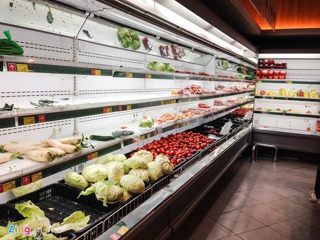 Do mới mở cửa trở lại nên nhiều loại thực phẩm vẫn chưa kịp đáp ứng nhu cầu của khách hàng. Các tủ bày bị trống rỗng khá nhiều.