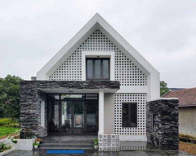 Mặt tiền của ngôi nhà khá ấn tượng và bắt mắt với đá chẻ và gạch thông gió.