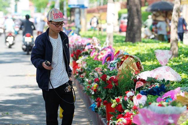 Thời tiết nắng nóng nên người bán phải liên tục phun nước để tránh cho hoa bị héo