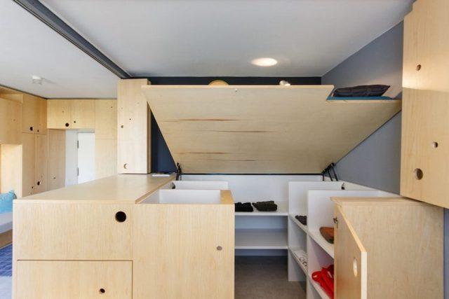 Thậm chí, khu vực bên dưới chỗ ngủ cũng biến thành hầm bí mật cất đồ giúp không gian trở nên thoáng, gọn hơn.