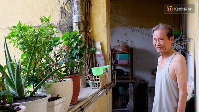 Ông Ngoan một trong những người dân đang sinh sống trong chung cư 42 Nguyễn Huệ.