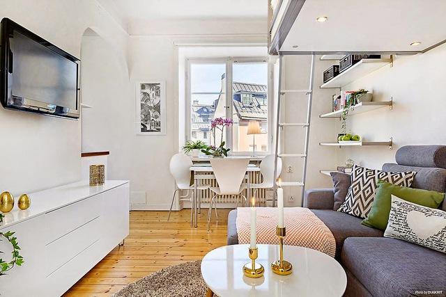 Bên trên phòng khách là khu vực nghỉ ngơi được kết nối bằng một chiếc thang nhỏ.